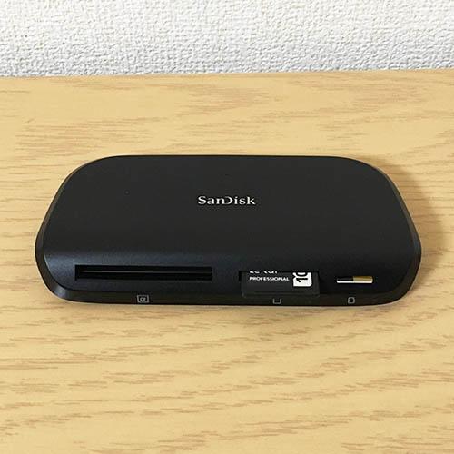 サンディスク イメージメイト プロ マルチカード リーダー ライター SDDR-489-J47にSDカードとマイクロSDカードを挿した状態