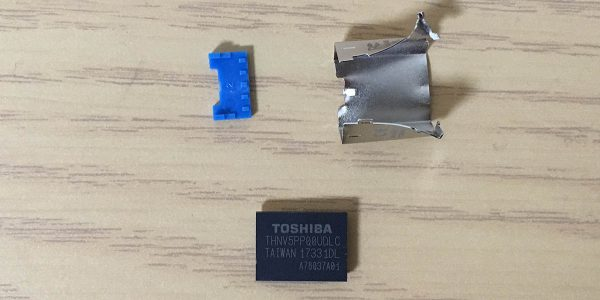 東芝 USBメモリー U364 32GB THN-U364W0320A4 分解3